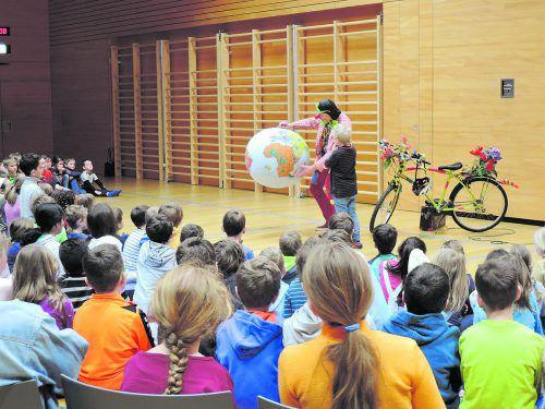 Gemeinsam mit dem Klimaclown Hugo lernten die Schüler achtsam mit unserem Heimatplaneten umzugehen.