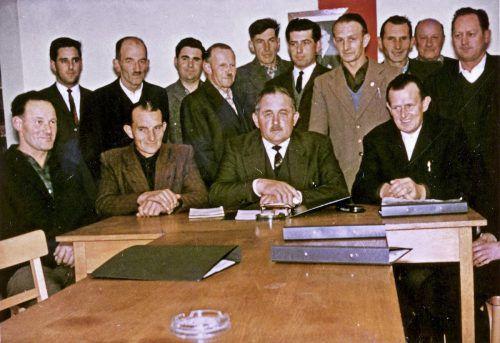 Gottfried Feurstein (oben links) als junger Mandatar in der Gemeindevertretung von Andelsbuch. Dieser fühlte er sich 50 Jahre lang eng verbunden.