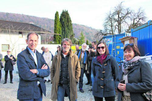 Günther Ammann (Panorama Wohnbau) und Architekt Wolfgang Schmieder beim Austausch mit zukünftigen Bewohner(inne)n.
