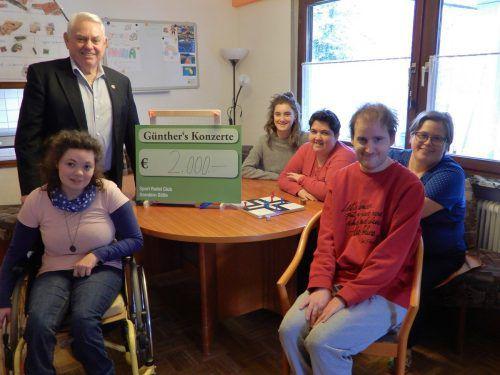 Günther Lutz übergab den Spendenerlös aus dem Weihnachtskonzert. cth