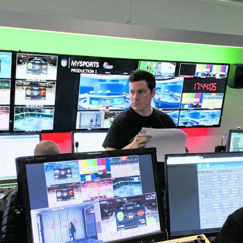 Im Banne der Bildschirme: Redaktionsleiter Martin Pfanner im Studio von MySports.ko