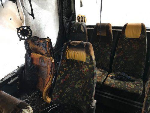 """Im Innenraum es Reisebusses entstand erheblicher Sachschaden. Als Brandverursacher wird eine """"Powerbank"""" vermutet. Polizei"""