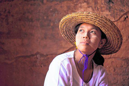 In Myanmar sieht man viele Frauen mit Thanaka im Gesicht.