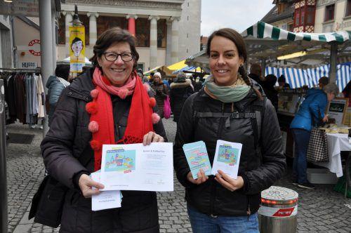 """Ingrid Benedikt und Nadine Maier vom Team """"Offener Kühlschrank"""" machten am Markt Werbung für das Riebelessen. lcf"""