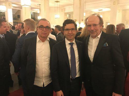 Interspar Österreich-GF Markus Kaser (M.) bei der Preisverleihung in Wien mit Herausgeber Eugen A. Russ und Gerard Hann (Leiter Key Account Russmedia, l.).VN