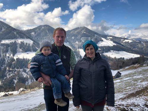 Jakob und Cornelia Mathis (mit Sohn Valentin) erfüllen sich mit der eigenen Hofsennerei einen Traum. VN/Schweigkofler