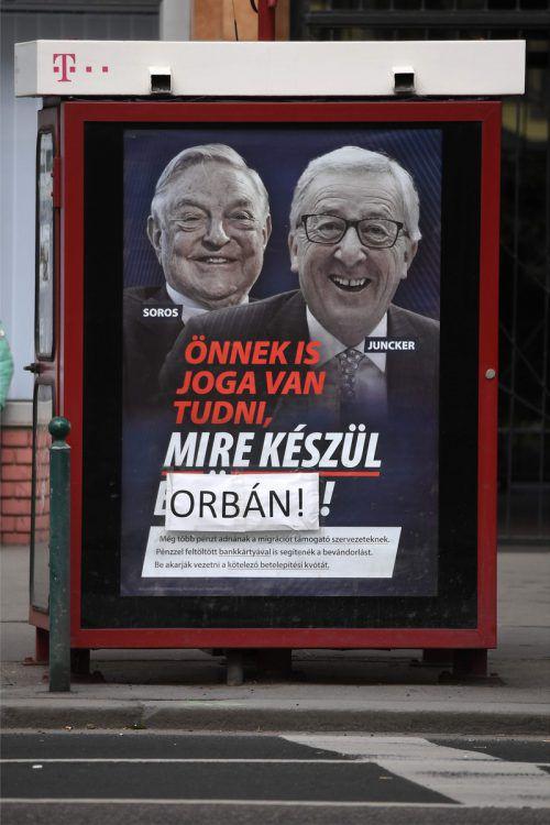 Jean-Claude Juncker und Georges Soros auf diffamierenden Plakaten. afp