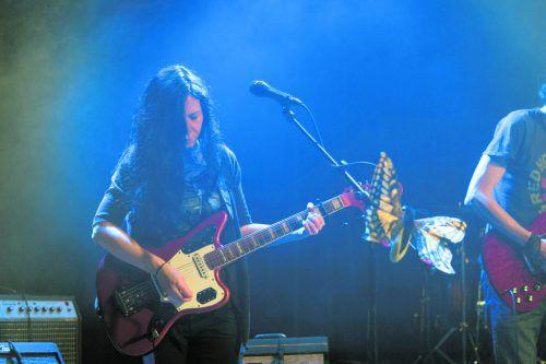Julia Hummer lernte in der Musikschule zuerst klassische Gitarre und steht nun mit der Band Juleah auf der Bühne. TaS