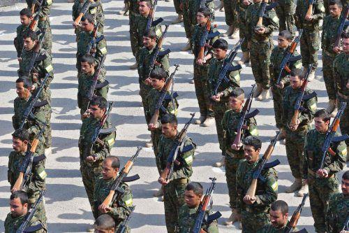 Kämpfer der SDF zollen ihren Gefallenen Respekt.AFP