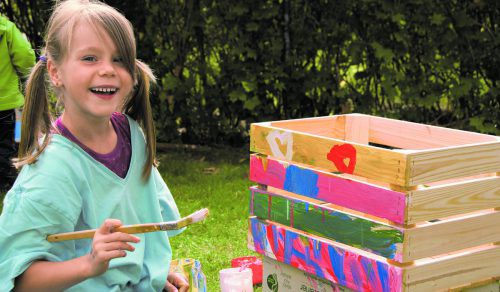 Kinder bauen ihren eigenen kleinen Garten.