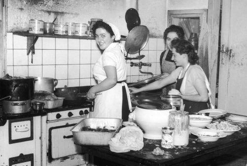 """""""Koscht""""-Initiatorin Wilma Fink in der damaligen Küche des Krönele. Gemeinde"""