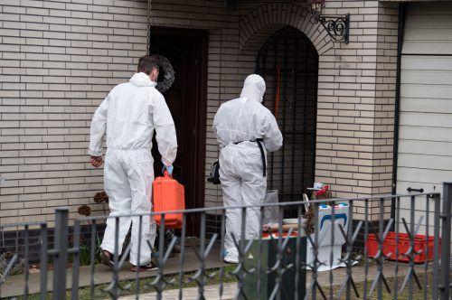 Kriminaltechniker auf der Suche nach verwertbaren Spuren. dpa