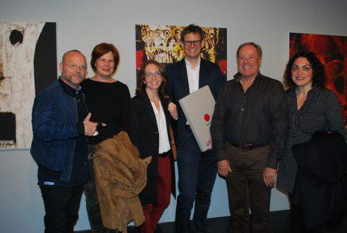 Künstler Wolfgang Flatz (links) bei der Ausstellungseröffnung mit der Crew der Getzner AG. erh