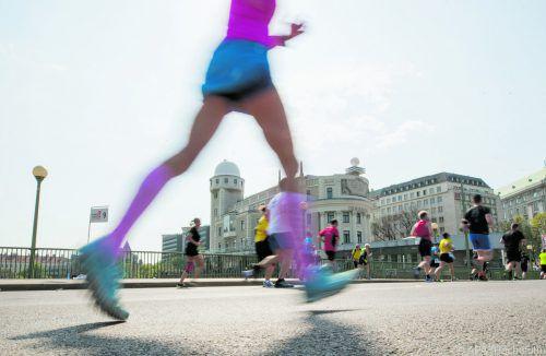 Langstreckenprofis stoßen sich stärker vom Boden ab als Freizeitläufer. APA