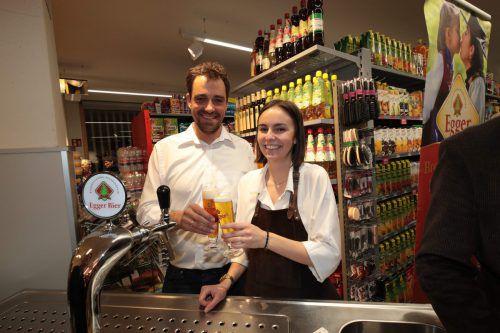 Lukas Dorner und Pia Ammann von der Brauerei Egger.