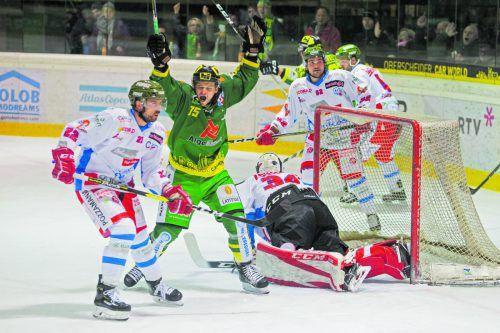 Lustenau-Kapitän Max Wilfan hat abgestaubt, jubelt über seinen Treffer zum 5:3 gegen den HC Gröden.HArtinger