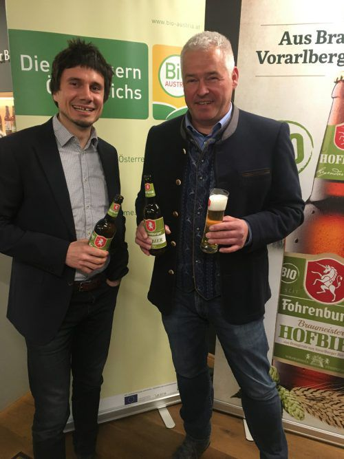 Manuel Kirisits (Bio Vorarlberg) und Braumeister Andreas Rosa mit Biobier. VN