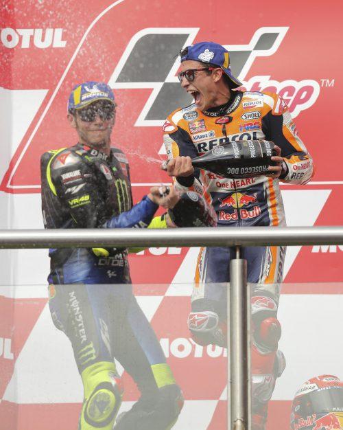 Marc Marquez (r.) feiert seinen Sieg mit Valentino Rossi.ap