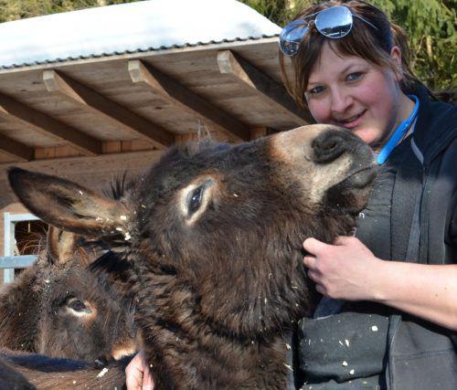 Martina Kleinschuster und die geretteten Esel haben eine innige Beziehung. vn-hrj