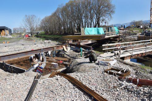 Massive Widerlager beim Bau der Fahrradbrücke über den Lustenauer Kanal im Verlauf des neuen Radweges zwischen Hard und Lustenau. ajk