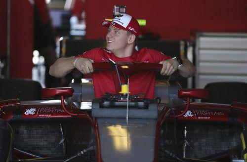 Mick Schumacher testet in Bahrein erstmals einen Formel-1-Boliden.ap