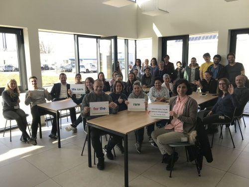"""Mit dem Slogan """"We care for the rare"""" zeigen die Mitarbeiter von Rentschler Fill Solutions Solidarität mit Menschen, die an seltenen Erkrankungen leiden. Rentschler"""