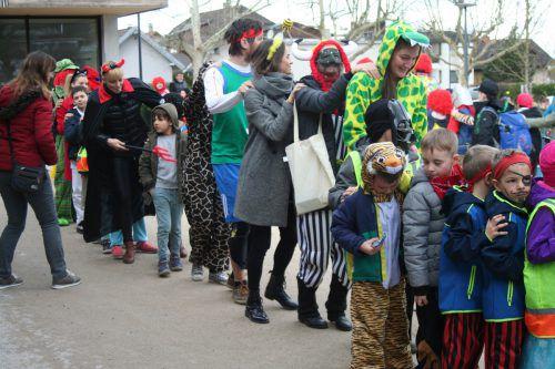 Polonäse auf dem Schulhof: Die VS Edlach feierte Fasching. mima