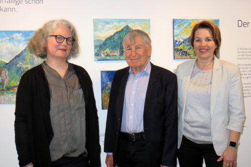 Prof. Gerhard Winkler mit Petra Zudrell (links) und Bürgermeisterin Andrea Kaufmann bei der Vernissage. lag