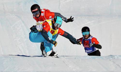 Rang zwei im letzten Saisonrennen reichte Alessandro Hämmerle (rot) aus, um zehn Jahre nach Markus Schairer die kleine Kristallkugel des Cross-Gesamtweltcupsiegers in die Luft stemmen zu können. gepa