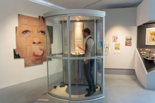 Raucherkabine in der Ausstellung über die Konfliktgeschichte des Tabaks und ein Selbstporträt von Alexandra Wacker, das zum Wandobjekt wurde. museum