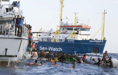 Rettung von Flüchtlingen vor der libyschen Küste mit Beteiligung von Sea-Watch.AP