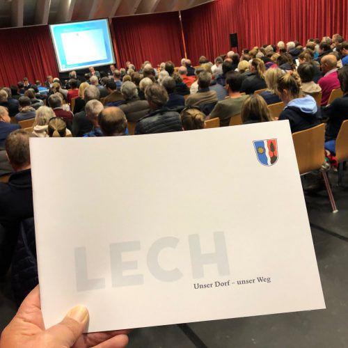 Rund 120 Lecher, darunter auch eine Gruppe Kritiker, hatten sich zur Bürgerversammlung in den Sportpark aufgemacht. VN/Walser