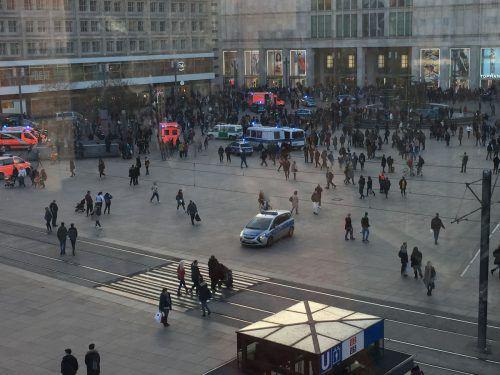 Rund 400 Menschen haben sich auf dem Alexanderplatz versammelt. dpa