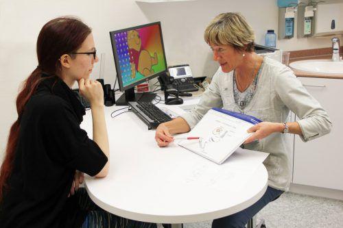 Sabine Rudnik-Schöneborn (r.) von der MedUni Innsbruck berät Vorarlberger Patienten, wenn es um Fragen der Genetik geht. khbg