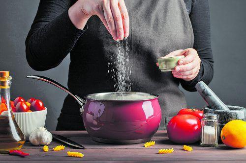 Salz verleiht vielen Speisen einen würzigen Geschmack. Allzu viel ist allerdings ungesund, wie Untersuchungen immer wieder zeigen.fotolia
