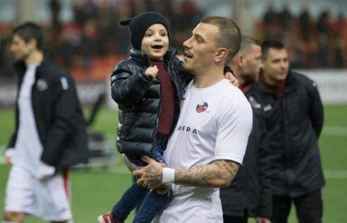 Sandro Gotal feiert mit Sohn Luiz den Gewinn des Supercups. privat
