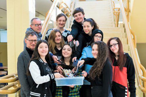 """Schüler und Lehrer der HAK Bludenz stellen sich in den kommenden Tagen der Herausforderung """"Handyfasten"""". SCHule"""
