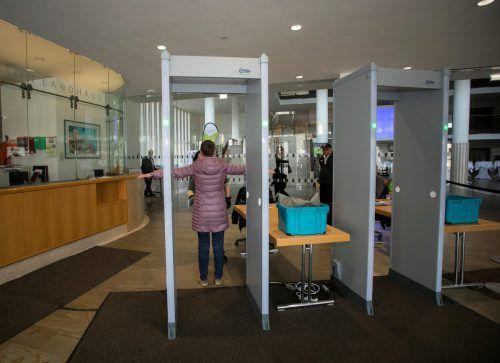 Sicherheitsschleusen in allen Gebäuden des Landes werden mit sieben hochmodernen Gepäcksröntgengeräten verstärkt. VN/Paulitsch