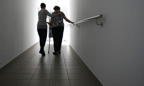 Eine Stärkung der Pflegekräfte und die Entlastung von Angehörigen seien zentral, kündigte Gesundheitsminister Anschober an. APA