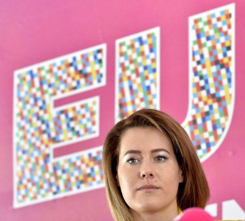 Spitzenkandidatin Claudia Gamon geht auf EU-Wahlkampfreise. apa