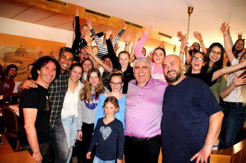 Stunde-des-Herzens-Obmann Joe Fritsche (l.), Chef Antonio (2.v.r.) und Küchenchef Avni Pllana (r.) freuten sich über den Besuch vonZurcaroh um Leader Peterson da Cruz Hora (2.v.l.).