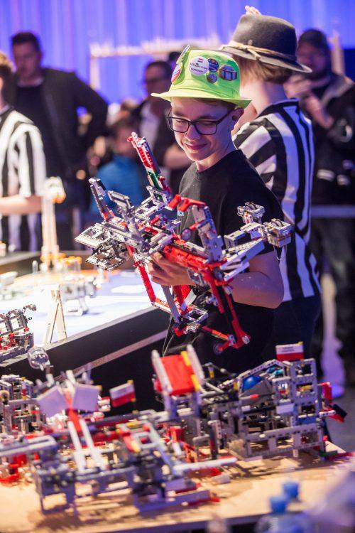 Tausende Legosteine, gespickt mit Technik, wie sie auch Dominik Amann seinem Roboter einverleibte, sorgten bei den Jugendlichen für Spannung und Spaß. vn/steurer