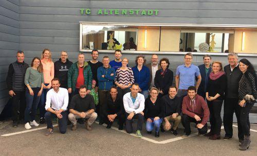 TC-Altenstadt-Präsident Herbert Allgäuer (l.) und ein Großteil der Titelgewinner bei der Senioren-Hallenmeisterschaft.VTV