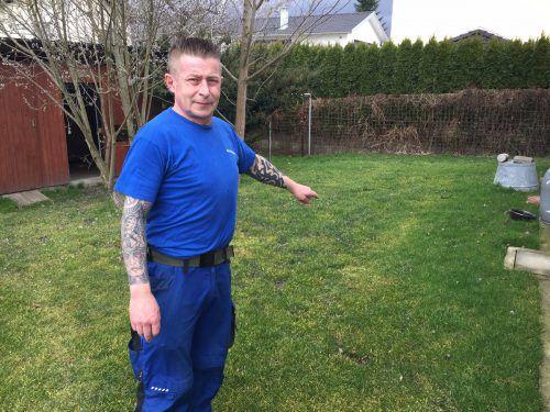 Tierhalter Lorenzini am Vorfallsort im Garten, wo seine Eltern vom Rüden attackiert wurden.