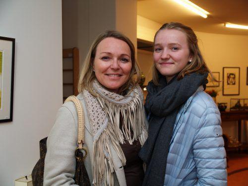 Unter den Besuchern: Eva-Maria Thurnher mit Tochter Johanna Schnetzer.