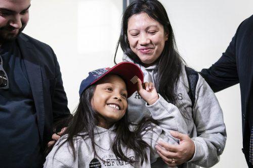 Vanessa Rodel und ihre siebenjährige Tochter Keana bei ihrer Ankunft am Lester B. Pearson Airport in Toronto.ap