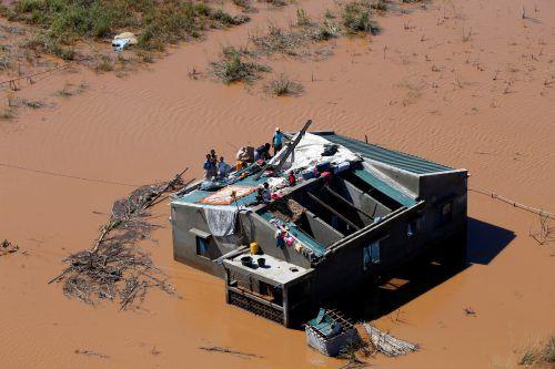 Verzweifelte Menschen warten auf Nahrung und Trinkwasser. Reuters