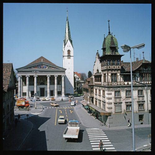 Vor der Kirche war früher ein Verkehrsknotenpunkt.
