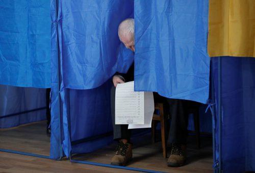 Wer die Wahl hat, hat die Qual: Manche hatten mit dem 80 Zentimeter langen Stimmzettel zu kämpfen. reuters