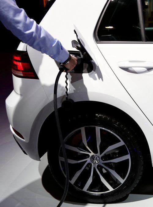Volkswagen will 900 Millionen in Batterieaktivitäten investieren. REUTERS